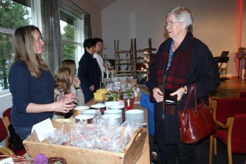 Pauline Gilje, til høyre, har nettopp betalt for julehandelen av Mari-Anne H. Gramstad.