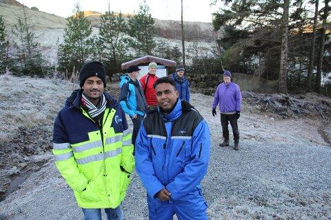 Hagos Mhretab Tesfay, til venstre og Maaweel Jeylani Mohamed jobber på dugnad i Neseskogen. Bak dem står Henry Tendenes, Tor Line og Magnus Utsogn fra Jæren friluftsråd sammen med Kjell Arvid Berland.