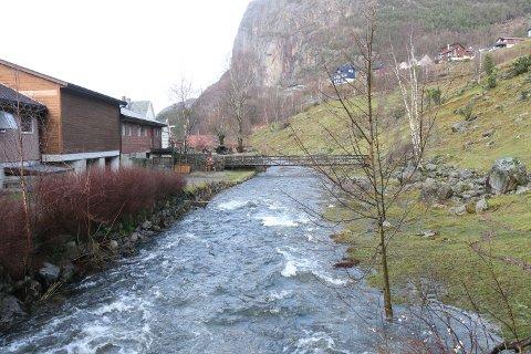 Under flommen for tre uker siden gikk Dirdalsbekken over sine bredder og inn i kjelleren på flere boliger. Nå foreligger et nytt flomvarsel fra NVE.