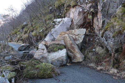 Store steinblokker sperrer gamleveien til Dirdal.