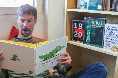 BARN: Bibliotekar Bjørn Veen lokker barn til biblioteket med egen påskekrimutstilling. Arkivfoto: Ina Selmer–Anderssen