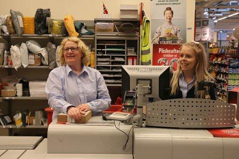 Silje Wetteland (t.v.) og Tonje Marie Hadland har god grunn til å smile. Coop Gjesdal har inngått avtale med Posten Norge om å tilby post i butikk i tre nye år.