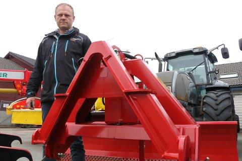 Daglig leder ved Ålgård Landbrukssenter, John Inge Øgreid, viser fram triangelet tyven prøvde å stjele.