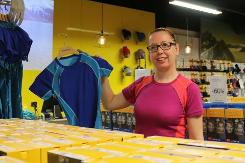 Linda Hegre, butikksjef hos Devold, henger på plass litt av sommerkolleksjonen. Hun er godt fornøyd med omsetningen.
