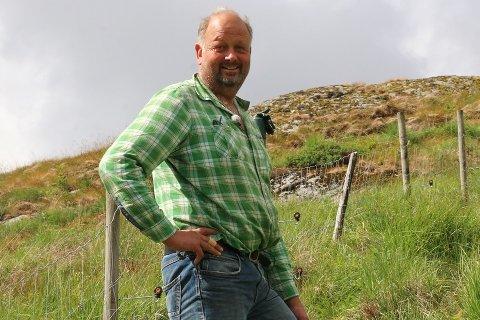 Magnus Søyland har teke jordprøver i både private hagar, på eiga mark og utanfor Storahuset for å sjekka fosforinnhaldet. Dei private hagane kom dårlegast ut.