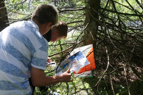 Kart og kompass er noko av det elevane på friluftsskulen får læra om.