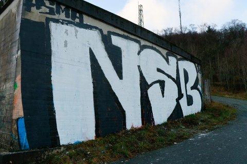 Høydebassenget på Bærlandsnuten ble utsatt for hærverk i november i fjor. Nå kan veggen bli utsmykket med gatekunst.