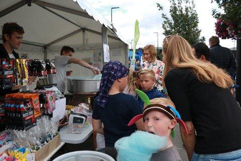 Lørdag 22. juni arrangerte næringslivet, kommunen og lag og foreninger sommerfest i Ålgård sentrum, og flere salgsboder var satt opp langs Torgveien.