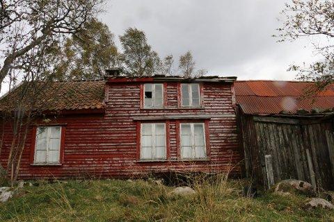 Gården på Slettabø ble bygget rundt 1850–tallet. Eierforholdet til Stavanger kommune oppsto da Stavanger elektrisitetsverk, som senere ble en del av Lyse, i sin tid sikret seg eiendommen for å drive kraftproduksjon. Stavanger kommune tok over eiendommen fra Lyse på 90–tallet.