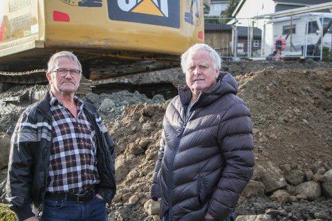 Sven Egeland (t.v.) og Edvard Vigesdal håper kommunen går tilbake på sin opprinnelige plan for nabotomta i Bekkefaret.