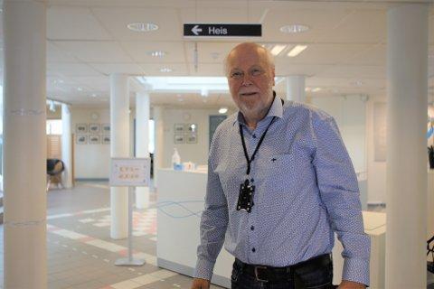 Ifølge kommuneoverlege Hans Petter Torvik hadde de første personene som testet positivt før helga, uvanlige symptomer.