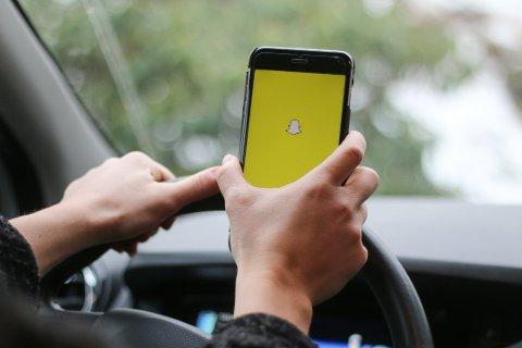 Fra 1. januar 2019 ble ulovlig mobilbruk bak rattet straffet med to prikker på førerkortet i tillegg til et forenklet forelegg på 1700 kroner. Nå kan bøtene bli høyere og prikkene flere.