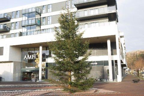 Julegrana er plassert på torget utenfor Amfi Ålgård. Men i år blir det ingen felles julegrantenning som før.