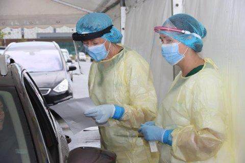 Dersom du får en positiv koronatest blir du satt i isolasjon. Her er Hilde Egenæs (til venstre) og Jannike Larsen Erga i gang med testing tidligere i år.