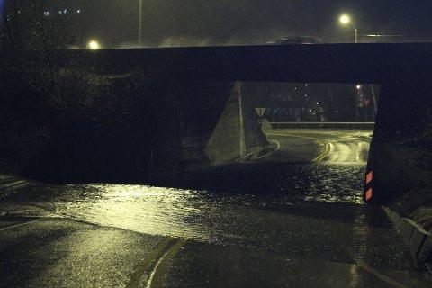 I denne undergangen får mange biler skader når det har vært mye regn og veien fylles opp med vann. Bildet er tatt da det samme skjedde for ett år siden.