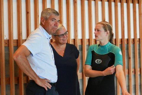 Leder Tove-Katrin Åsen i Ålgård svømmeklubb (til høyre) er glad for at rådmannen ønsker å gå for et nytt svømmeanlegg på Ålgård i stedet for å rehabilitere den eksisterende svømmehallen på Fiskebekk. Daværende oppvekstsjef, nå konstituert rådmann, Jone Haarr og barnehagesjef Rannveig Eriksen var til stede da de første femåringene i Gjesdal startet på det 10 uker lange trygg i vann-kurset til Ålgård svømmeklubb i august i fjor.
