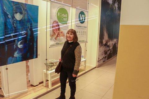 Marta Dortea Sagland Lea er fornøyd med utstillingen av maleriet på apoteket, men håper det en dag henger på sykehuset.
