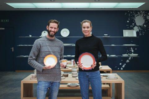 Markedsansvarlig Christian Gj. Vassdal og administrerende direktør Anne Kristine Rugland Thulin tar imot prisen Årets produkt på vegne av Figgjo AS.