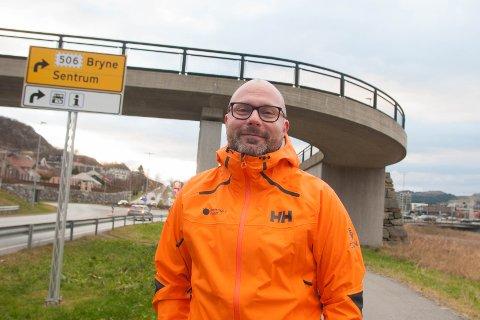 Snart fem år etter at destinasjonssjef Anker Wiinberg første gang søkte om det, åpner en endring i regelverket for at stolpen i bakgrunnen kan utvides med et skilt som viser veien til Norwegian Outlet.