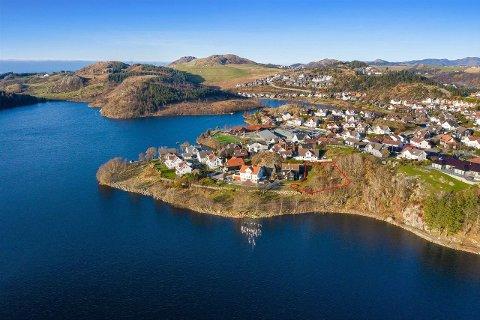 Det graverte området viser tomta som er til salgs i Nesjaberget ved Øygardsvatnet.