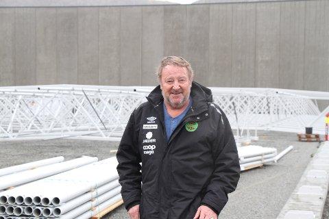 Alf Sigmund Olufsen står her foran det som skal bli den nye fotballhallen. Her har han brukt omtrent 200 timer med dugnadsarbeid.
