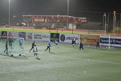Her har A-laget til Ålgård FK trening. Noen av disse spillerne er på proffkontrakt eller får kjøregodtgjørelse for å møte opp. Hvem det gjelder, vil ikke klubben svare på.