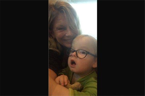 Kari Fosseli har et barnebarn som hun er fryktelig glad i, men som hun, ettersom han er i risikogruppen for koronaviruset, for tiden kun kan snakke med gjennom facetime-appen. Fosseli er opptatt av at alle må være med på dugnaden for å redusere spredningen av viruset.