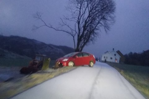 Denne bilen fikk kjenne på glatte forhold torsdag morgen.