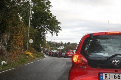 Det blir fort kø når bussen møter flere biler på Figgenveien