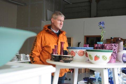 Styreleder Per Gunnar Gramstad er fpor ung til å falle inn under risikogruppen, men for det store flertallet av de som jobber ved NMS Gjenbruk stiller det seg annerledes. Butikken holder derfor stengt fram til 15. januar.
