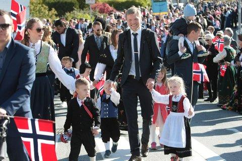 2019: Folk sto tett i tett langs Solåsveien for å ta imot fjorårets barnetog, anført av barnehagene på Ålgård.