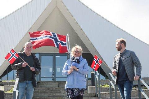 Unn Birkeland, her omgitt av Reimond Vølstad (til venstre) og Eugen Hammer, ledet 17. mai-komiteen i 2020. Nå skal det velges en ny leder.
