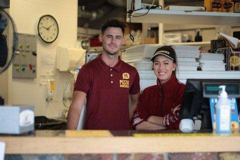 Jon Sivert Åsebø og Emmeline Larsen tilbringer 17. mai på Pizzabakeren.