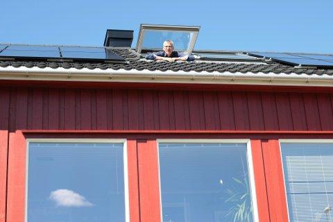Økonomisjef Bjarte Madland har hatt hjemmekontor de siste to månedene. Fra loftet har han blant annet jobbet med tertialrapporten som skal legges fram for politikerne i juni.