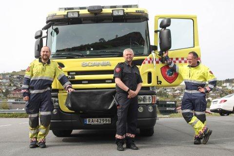 Utrykningslederne Trond Fjeld (fra venstre), Rune Nedrebø og Espen Helland ved Ålgård brannstasjon gleder seg over å ha fått på plass en «ny» brannbil.