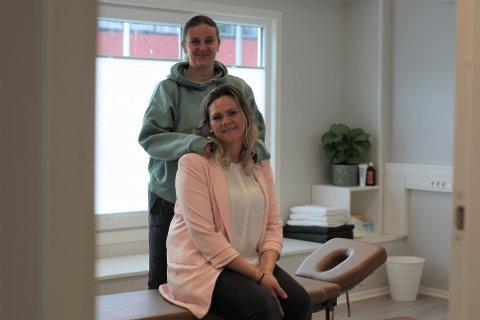 Gøril Kristiansen (bak) og Connie Sele Daugaard da Sherwoodklinikkens åpnet i Krambugata.