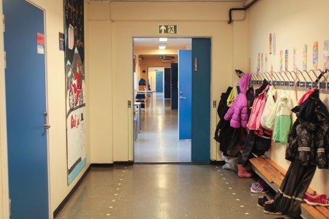 Regjeringen har besluttet av alle elevene skal få vende tilbake til skolene sine innen 15. mai.