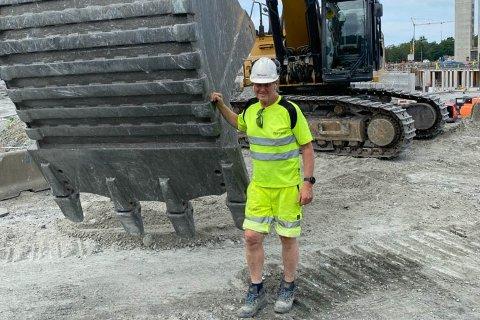 Ole Bjellands entreprenørfirma har en omsetning i hundremillionersklassen, men sjefen sjøl er ikke redd for å ta i et tak. Her bygger han vei rundt det nye sykehuset på Ullandhaug.