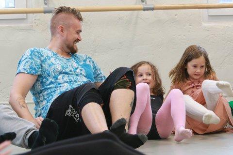 Joachim Grimsmo (30) hadde tatt med datteren Emily Mathea Bøe Grimsmo (6) og venninnen Angelica Marie Solheim (6) på familieyoga.