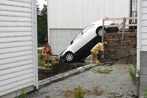 Brannmannskaper fra brannstasjonen på Ålgård var raskt på stedet etter å ha fått melding om en bil som hadde kjørt utfor en kant i Rossåsen på Figgjo. De to personene som satt i bilen kom ikke til skade.