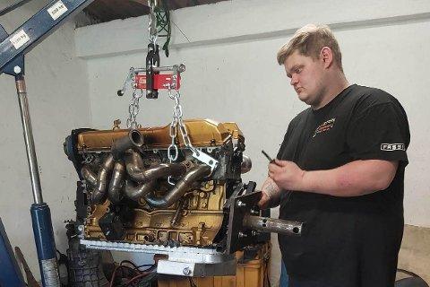 Anders Ravndal (21) slapper av med å skru på bilmotorer.