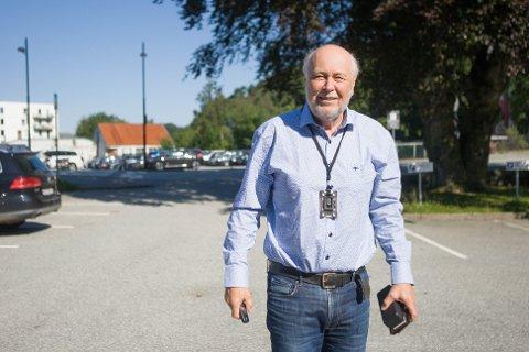 Kommuneoverlege Hans Petter Torvik på vei inn til møte på Storahuset mandag formiddag.