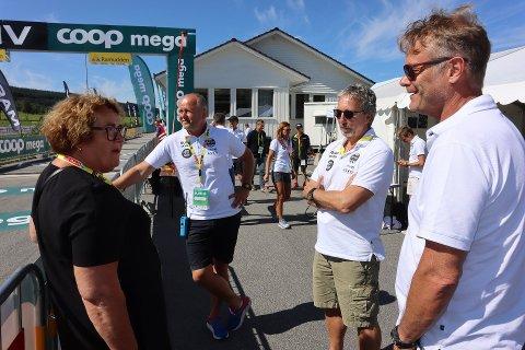 Arne Idland (til høyre) i samtale med Odd Langhelle, Terje Tjetland og landbruks- og matminister Olaug Bollestad under Blink Classics-stafetten på Gjesdal søndag.