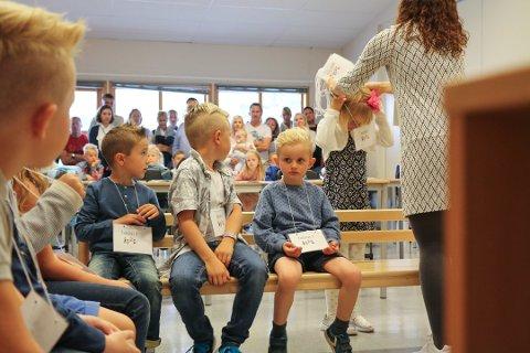 Førsteklassingene på Solås skole hadde foreldrene med seg inn i klasserommet første skoledag i august 2016. I år må foreldrene bli igjen utenfor skolen når elevene går inn dørene for første gang.