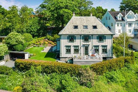 SJELDEN VARE: Denne verneverdige boligen i Austråttbakken 45 er sjelden vare i forhold til salg. Boligen fra 1925 er i nyklassistisk stil og har en prisantydning på 7.900.000 kroner.