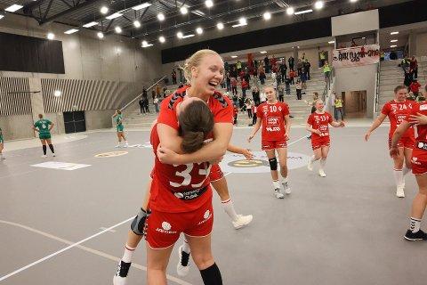 Maren Eriksen Langø løftes opp av lagvenninne Elise Pedersen etter 31-28-seieren i seriepremieren på hjemmebane søndag.