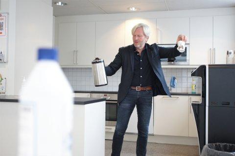 Ordfører Frode Fjeldsbø ønsker å redusere kontaktpunkter mellom folk i tiden som kommer. På Storahuset innebærer det blant annet hyppig bruk av håndsprit og rengjøring av kaffekanner, lunsj til ulike tider og at noen ansatte skal ha hjemmekontor.