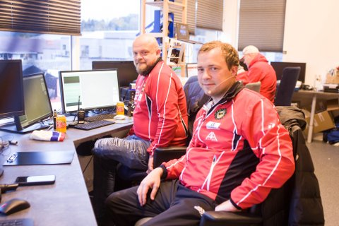 Brødrene Bernt Sigve (bak) og Egil Ravndal har jobbet sammen i tidtakerrommet i Gjesdal idrettspark i flere år, og trives med de ulike arbeidsoppgavene friidrettsstevnene byr på.