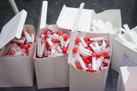 Prøveglass og pinner brukes i arbeidet med covid-testingen i Klepp.