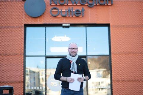 Anker Wiinberg og Norwegian Outlet må klare seg uten kunder fra andre kommuner i påsken, dersom folk følger anbefalingene fra regjeringen.
